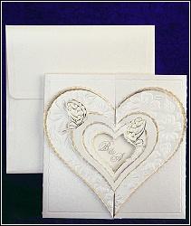 Svatební oznámení s velkým zdobeným srdcem, na němž sedí dva malí motýlci, vzor 2431