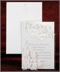 Svatební oznámení s lesknoucími se bílými květy a srdíčky na průhledném přebalu, vzor 2440