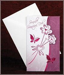 Rozkládací šeříkově fialové svatební oznámení s květinovými motivy, se srdíčkem a poletujícími motýlky, vzor 2450