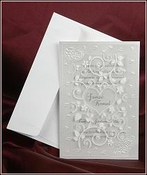 Perleťové svatební oznámení s krycí průhlednou fólií se srdcem uprostřed a lesklými florálními ornamenty, vzor 2575