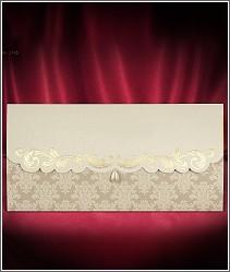 Zlacené svatební oznámení ve tvaru obálky zdobené perleťovou slzičkou vzor 2716