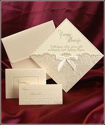 Svatební oznámení ze žlutě krémového chamois kartonu se slepotiskovými ornamenty, zlatou ražbou a tvarovým výsekem, vzor 3587