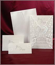 Svatební oznámení s průhlednou třpytivou košilkou a srdcem uprostřed, vzor 3594