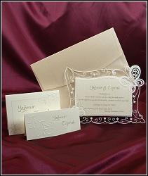 Svatební oznámení s milými třpytivými motýlky na průhledné části a s tvarovým výsekem, vzor 3596