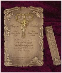 Svatební oznámení pergamen z hnědého přírodního papíru, zdobený zlatou ražbou dvou srdcí se stuhami a květinovými motivy, vzor 5316