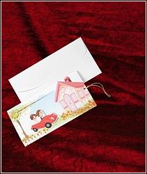 Veselé dvoudílné ilustrované pohyblivé vysouvací svatební oznámení s autem, kde při vytahování vnitřní části se svatebním textem se autíčko pohybuje směrem k domečku, vzor 5323