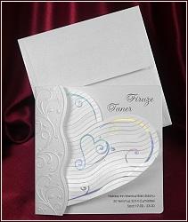 Svatební oznámení s velkým vějířovitým srdcem, zdobené stříbrnou měňavou ražbou a slepotiskovými ornamenty, vzor 5357