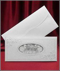 Romantické svatební oznámení s oválným okýnkem, vyrobené z oboustranně metalizovaného bíle stříbřitého grafického kartonu s perleťovým leskem, vzor 5360
