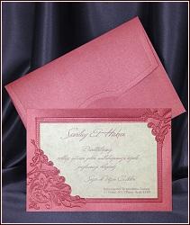 Svatební oznámení, kde podkladový papír je tmavě růžově metalizovaný, květinová výzdoba je provedena suchou ražbou a karta s textem je z jednostranně mramorově zlatě metalizovaného papíru, vzor 5394