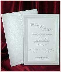 Bílé svatební oznámení s jednoduchým perleťovou fólií a slepotiskem zhotoveným rámečkem, vzor 5396