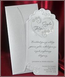 Svatební oznámení s ozdobným tvarovým výsekem po obvodu a slepotiskovým rámečkem a květy se zasunutým srdíčkem, vzor 5403