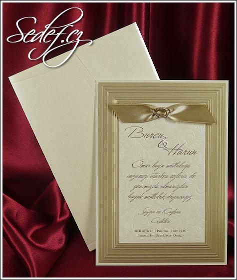 Svatební oznámení se slepotiskovým obrazovým rámem na ploše zdobené slepotiskovými ornamenty, připomínající brokátové látky, vzor 5406